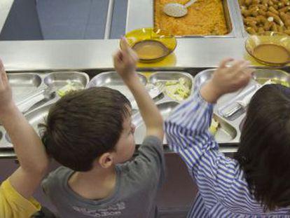 Alumnos en un comedor escolar.