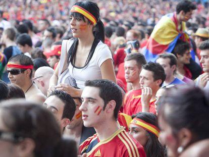 Una multitud celebra en Madrid la victoria de España ante Holanda en la final del Mundial de Fútbol de 2010, todavía hoy el evento con mas audiencia de nuestra historia: casi 16 millones de espectadores durante la prórroga.