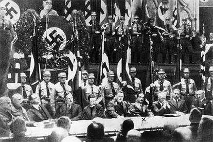 Acto de propaganda nazi en noviembre de 1933, en el que aparece el filósofo Heidegger en la mesa presidencial, señalado con una equis.