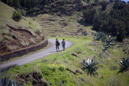 Dos personas pasean en la isla canaria de El Hierro.