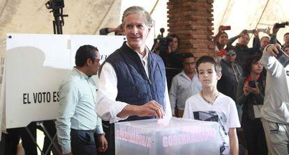 El candidato del PRI a la gubernatura del Estado de México, Alfredo del Mazo, votó en Huixquilucan.