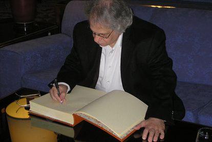 El premiado Amin Maalouf siguió con la tradición del hotel Reconquista, en el que todos los galardonados dejan su firma en el Libro de Honorl.