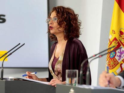 La ministra de Hacienda y portavoz del Gobierno, María Jesús Montero, el lunes, durante una conferencia de prensa.