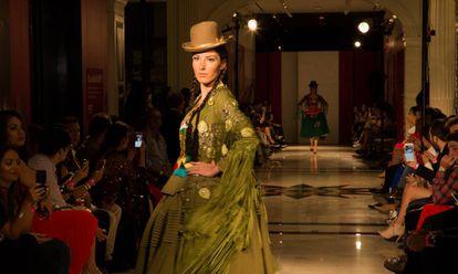 Una modelo desfila con un traje de chola paceña en la Uptown Fashion Week, en Nueva York.