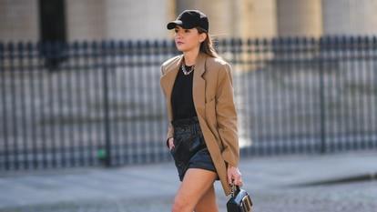 La 'influencer' Alexandra Pereira por las calles de París con una gorra negra. GETTY IMAGES.
