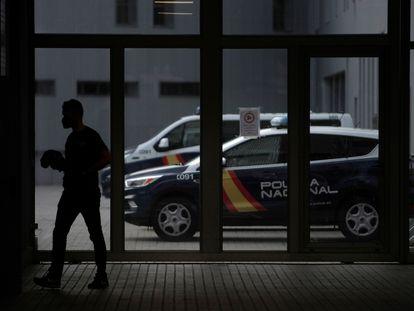 Un agente de policía camina este martes por el cuartel de Lonzas de A Coruña, donde se encuentran detenidos tres jóvenes como presuntos autores de la muerte de Samuel Luiz.