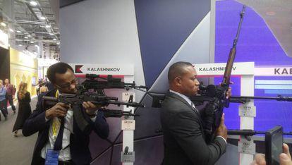 Asistentes al foro Rusia-África prueban fusiles Kaláshnikov en Sochi.