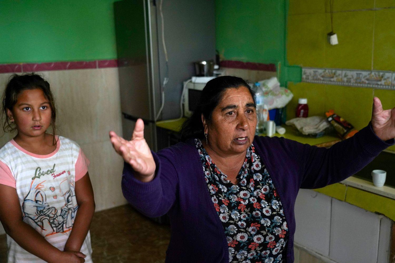 Salud, de 60 años, en su chabola en la Cañada Real.