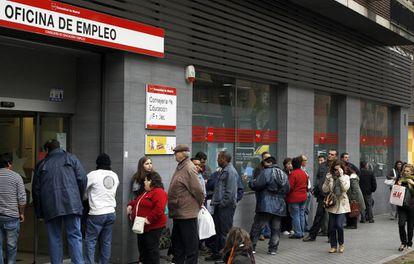 Cola de parados ante una Oficina de Empleo en el Paseo de Acacias de Madrid.