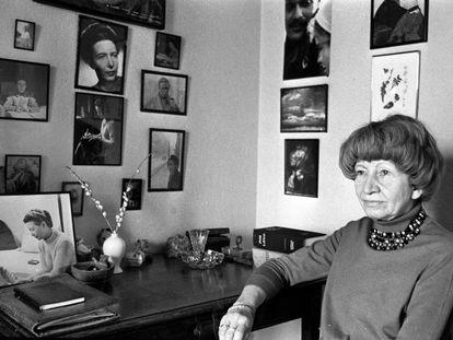Violette Leduc en París en 1970. En la pared de su escritorio, fotografías de Simone de Beauvoir y Jean-Paul Sartre.