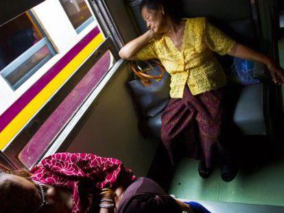 Dos mujeres duermen en un tren en Bangkok (Tailandia).