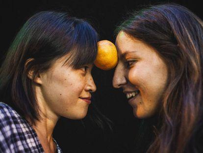 Xirou Xiao (izquierda) y Laura C. Vela juegan con una mandarina, fruta que da nombre a su proyecto artístico con jóvenes chinos residentes en España.