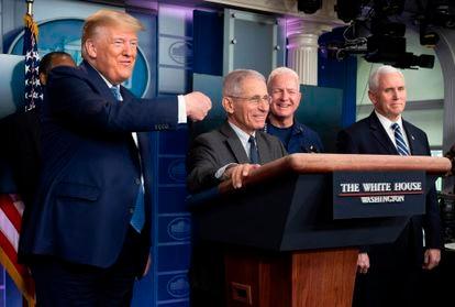 El presidente Donald Trump señala al epidemiólogo Anthony Fauci en la rueda de prensa del pasado sábado en la Casa Blanca.