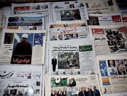 Las fotos de los candidatos electorales copan las portadas de los periódicos en un quiosco de Teherán.