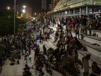 Botellón en el parque de la España Industrial de Barcelona durante la fiesta mayor de Sants, en agosto pasado.