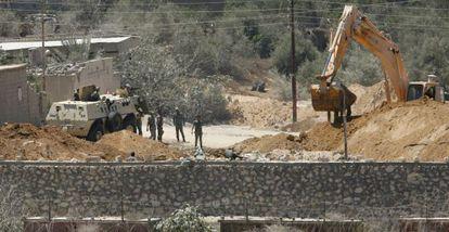 Soldados egipcio destruyen un tunel en la frontera con Gaza.