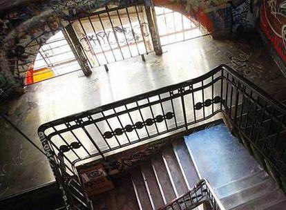 Escalera interior de la casa de los artistas.