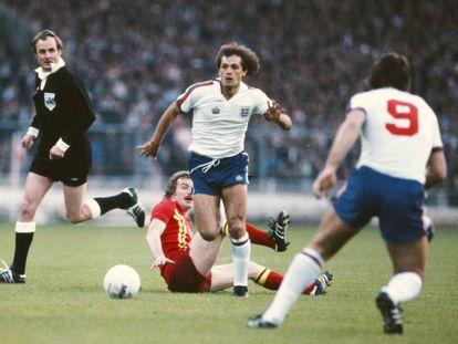 Ray Wilkins se lleva la pelota en un partido de Inglaterra contra Gales.