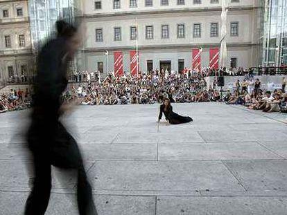 Imagen de un espectáculo de danza en la plaza del Museo Reina Sofía.