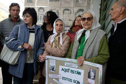 Inés Ragni y Lolin Rigoni de Madres de Plaza de Mayo al momento de anunciar una marcha contra el 2 por 1 en Neuquén.