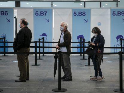 Varias personas aguardan para vacunarse con el fármaco de Astrazeneca, el lunes en el recinto de la Fira de Barcelona.
