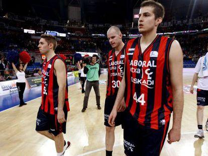 Los jugadores del Laboral Kutxa Baskonia de Vitoria abandonan la cancha tras ser eliminados