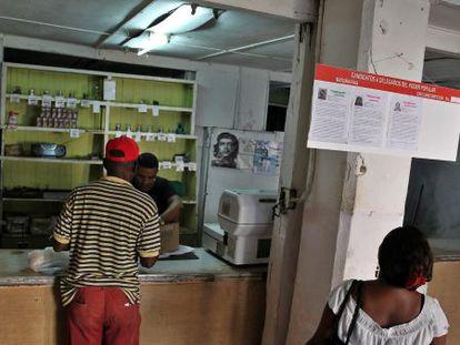 Una mujer lee información sobre algunos candidatos a delegados municipales este sábado 18 de abril de 2015, en La Habana (Cuba).