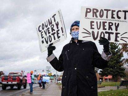 Una activista se manifiesta en favor del escrutinio completo, el pasado miércoles en Montana.