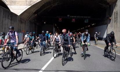 Ciclistas en la protesta para reivindicar un carril bici en el vial de servicios del túnel de Vallvidrera que una el Vallès con Barcelona.