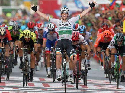 Sam Bennett se impone en la meta de Alicante.