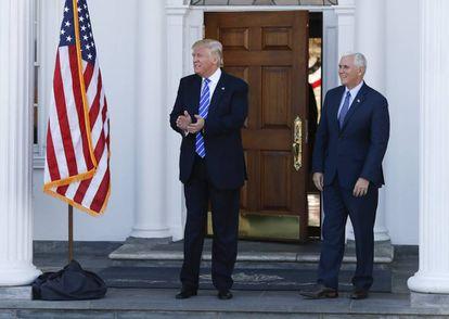 Donald Trump y el futuro vicepresidente Mike Pence esperando a visitantes el pasado sábado en el campo de golf de Bedminster