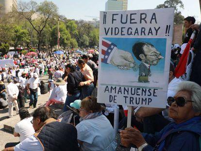 Los mexicanos protestan contra Trump en Ciudad de México.
