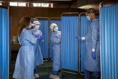 Un grupo de sanitarios se prepara para la toma de muestras para pruebas PCR, en Vilafranca del Penedès.