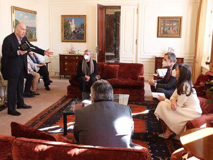 Los Reyes, a la derecha de la imagen, escuchan al poeta Joan Margarit leer un poema este lunes en el palacete Albéniz de Barcelona.