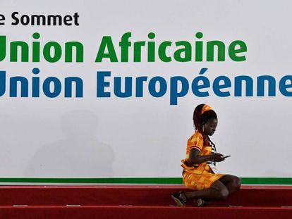 Una participante en la cumbre Unión Africana-Unión Europea este miércoles en Abiyán.