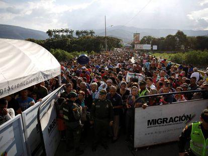 Migrantes venezolanos cruzan a Colombia en el puente internacional Simón Bolívar, cerca de Cúcuta.