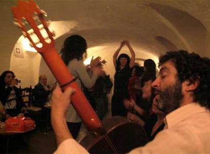 Una noche de juerga en la popular e inclasificable cueva del bar Candela, de Madrid.