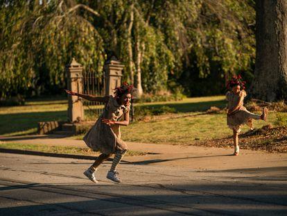 Bianca Brewton y Kaelynn Gobert-Harris  en 'Territorio Lovecraft', serie basada en la novela de Matt Ruff.