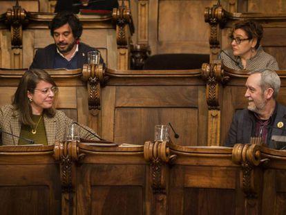 La concejal de Urbanismo Janet Sanz y el republicano Jordi Coronas, ayer en el pleno.