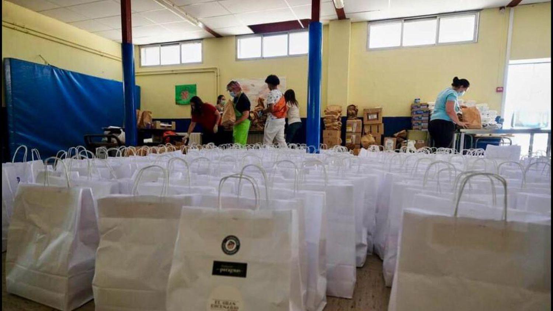 Varios voluntarios preparan en el gimnasio los lotes para las familias que acudían a por comida al Colegio Ramón María Del Valle-Inclán durante el confinamiento.