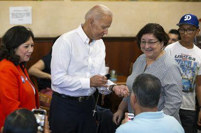 Joe Biden recibe un rosario durante una visita a Los Ángeles en 2019.