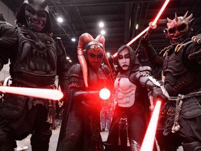 Seguidores de 'Star Wars', en la convención de la saga en Chicago, el pasado jueves, 11 de abril. En vídeo, declaraciones de los protagonistas de la nueva y última entrega de la saga.
