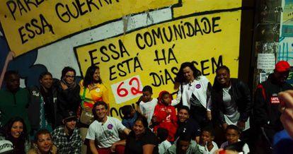Integrantes de la comunidad favela Morro dos Prezeres (Brasil). En la foto se celebran 62 días sin, los anteriores, incontables tiroteos.