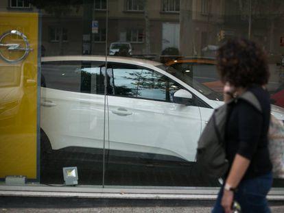 Exterior de un concesionario de coches en el centro de Barcelona.