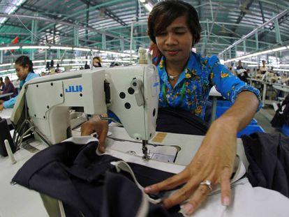 Una trabajadora cose una falda en una fábrica de ropa de Phnom Penh, Camboya.