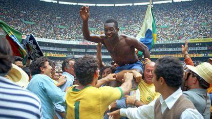 El apogeo: Pelé es cargado a hombros tras conquistar la Copa del Mundo de 1970, en México.