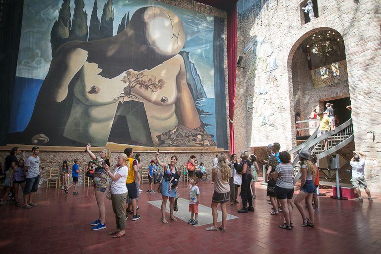 La sala bajo la cúpula del Teatre Museu Dalí de Figueres, lleno de gente, antes del cierre por la pandemia.