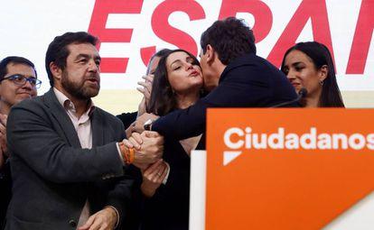 Inés Arrimadas saluda a Albert Rivera durante la noche electoral del 10-N.
