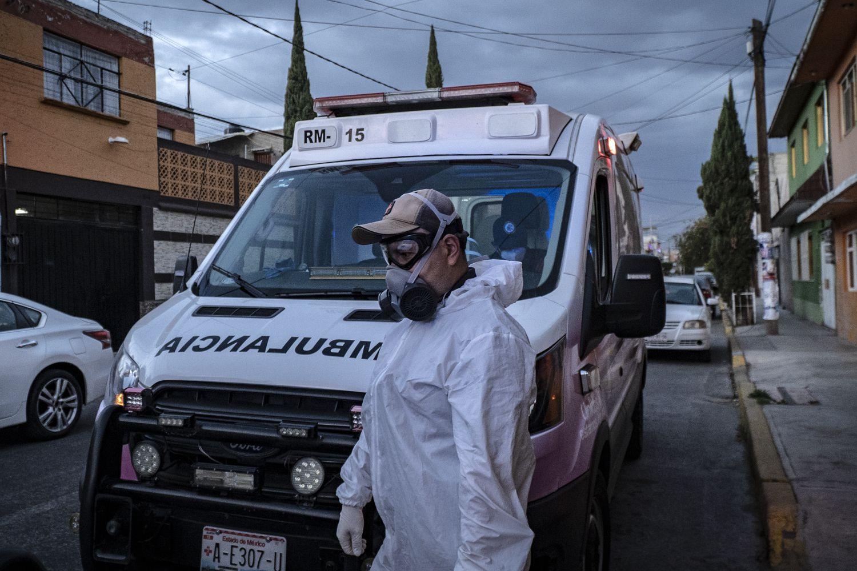 Un paramédico camina frente a una ambulancia en el Estado de México.