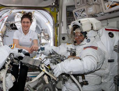 Las astronautas Christina Koch (izquierda) y Anne McClain, el pasado 22 de marzo, en la Estación Espacial Internacional.